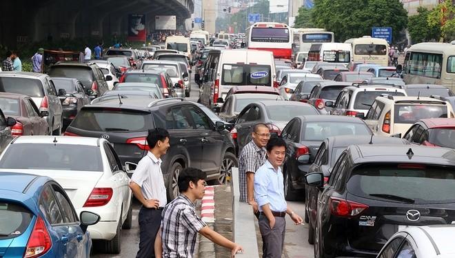 Tắc đường suốt 2 giờ tại tuyến đường vành đai 3 khiến nhiều tài xế sốt ruột, rủ nhau rời khỏi xe ra ngoài tán gẫu. ảnh: VnE