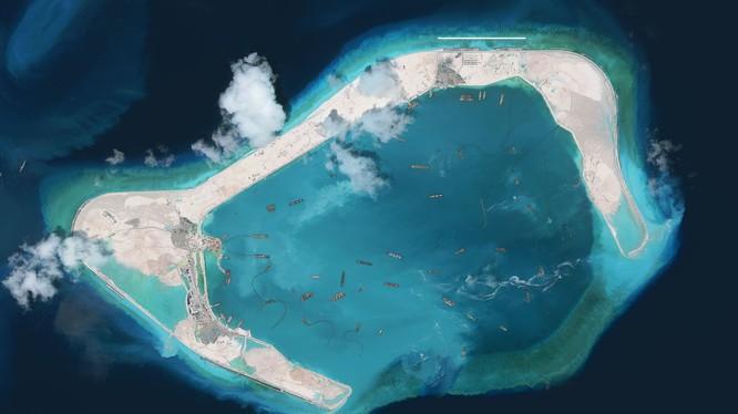Đảo Vành Khăn được Trung Quốc bồi lấp ráo riết và đang xây đường băng thứ 3 tại đây