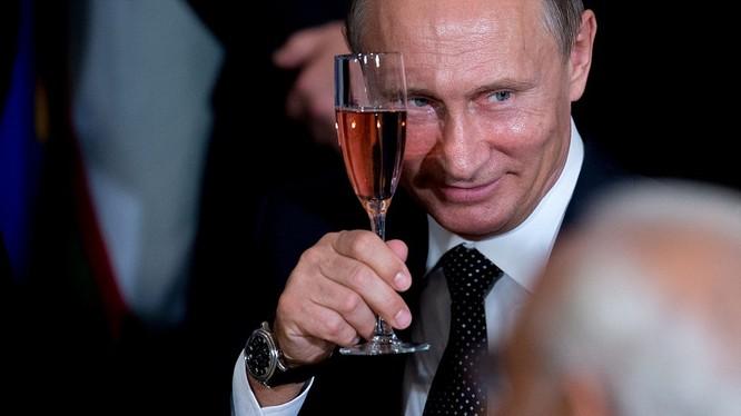 Tổng thống Putin với phong thái đĩnh đạc tại buổi tiệc bên lề Đại hội đồng Liên hợp quốc vừa qua