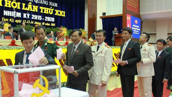 Các đại biểu tiến hành bỏ phiếu - Ảnh: L.Trung