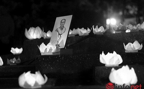 Người dân thả hoa đăng tri ân Đại tướng Võ Nguyên Giáp