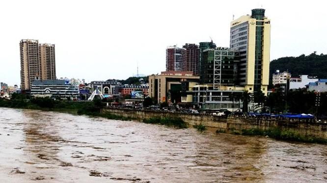 Lũ sông Hồng tại Lào Cai đạt đỉnh cao nhất từ đầu năm 2015 khi Trung Quốc xả nước từ thượng lưu - Ảnh: Khánh Vân