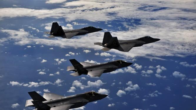 """Một phi đội máy bay chiến đấu tàng hình thế hệ 5 """"chim ăn thịt"""" F-22 Raptor của Mỹ"""