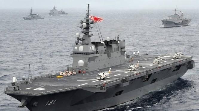 Tàu sân bay trực thăng Hyuga của hải quân Nhật trong một cuộc diễn tập