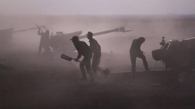 Quân đội Syria chiến đấu tại làng Morek, Syria ngày 7-10 - Ảnh: AP