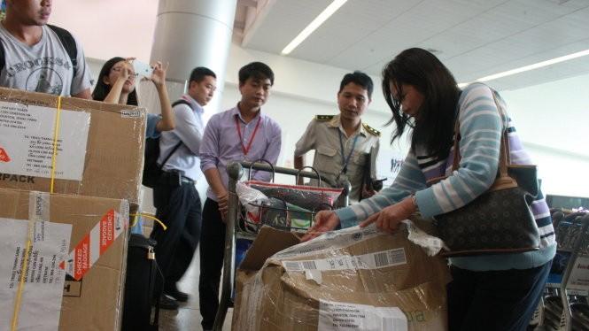 Ngày 11-6, tại sân bay Tân Sơn Nhất ghi nhận trường hợp hành lý khách hàng bị rạch, không nguyên vẹn trước khi đến sân bay - Ảnh: L.Sơn