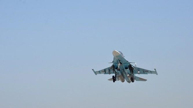 Máy bay tiêm kích - bom Su-34 của Nga xuất kích ở Syria. Phi công Mỹ được lệnh 'nhịn' máy bay Nga hết cỡ - Ảnh: Bộ Quốc phòng Nga