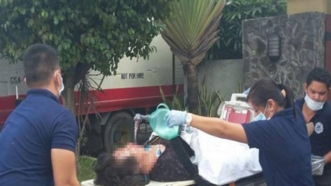 Một nạn nhân là viên chức lãnh sự quán Trung Quốc ở Cebu được đưa đi cấp cứu sau vụ xả súng - Ảnh: Philstar