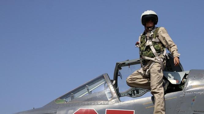 Một phi công Nga bên chiếc Su-25 tại căn cứ Hmeimim ở Syria - Ảnh: AFP