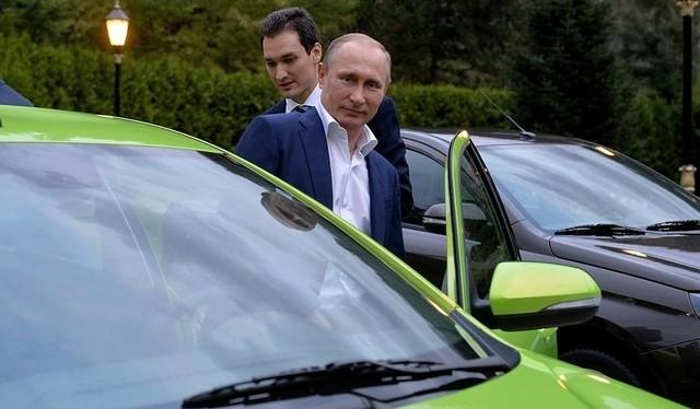 Tổng thống Nga tự tay lái chiếc xe giá rẻ Lada Vesta đi dự sự kiện