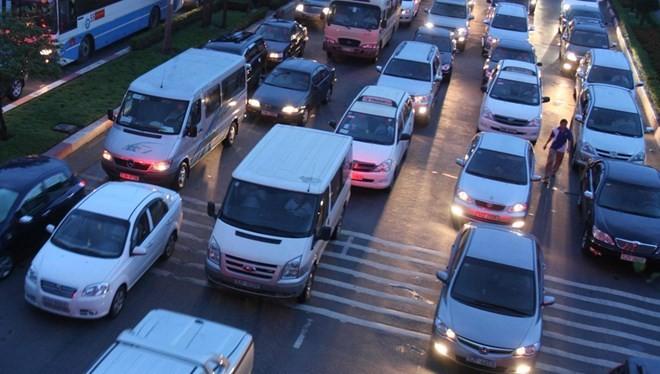 Giá xe giảm nhanh, giảm sâu, xe nhập ồ ạt sẽ áp lực lên giao thông vốn đã quá tải - Ảnh: Đ.N.T