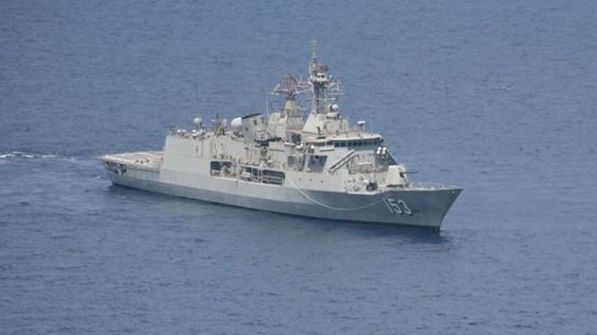 Tàu hải quân Úc HMAS Stuart. Úc đang cân nhắc cho tàu áp sát đảo nhân tạo Trung Quốc xây phi pháp ở Trường Sa, sau khi Mỹ đã tiến hành chuyến tuần tra bằng tàu khu trục USS Lassen ngày 27.10 - Ảnh: Bộ Quốc phòng Úc