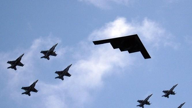 Máy bay ném bom tàng hình chiến lược B-2 Spirit của Mỹ được phi đội tiêm kích hộ tống