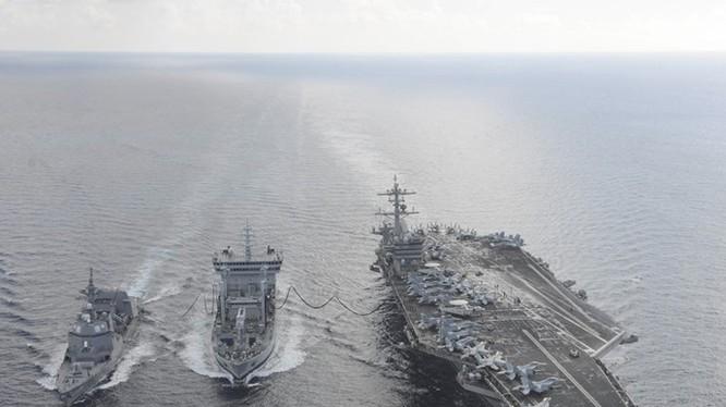 Tàu sân bay USS Theodore Roosevelt (CVN 71) và tàu khu trục Fuyuzuki của Nhật Bản chạy song song, ở giữa là tàu tiếp nhiên liệu INS Shakti của Ấn Độ trong khuôn khổ cuộc tập trận Malabar 2015 ngày 18.10 tại Ấn Độ Dương - Ảnh: Hải quân Mỹ