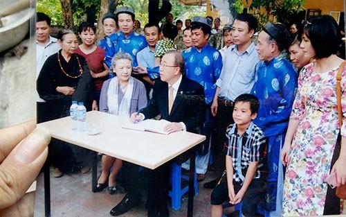 Hình ảnh chuyến viếng thăm nhà thờ Phan Huy Chú của ông Ban Ki-moon đã được gửi về để lưu giữ tại nhà thờ chính ở xã Thạch Châu. Ảnh: Đức Hùng