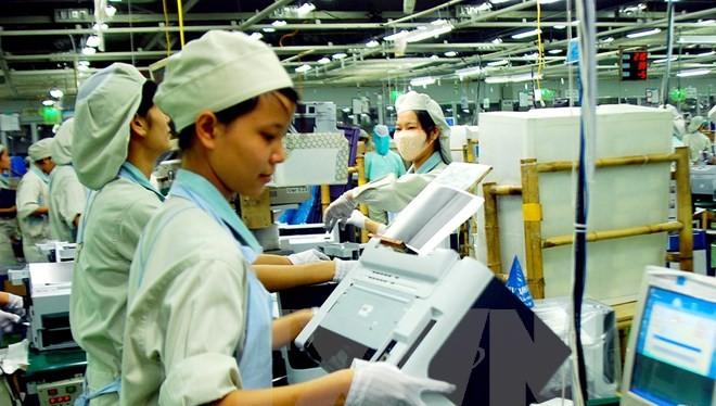 ông nhân làm việc trong nhà máy sản xuất điện thoại di động - Khu tổ hợp công nghệ cao Samsung Electronics VN