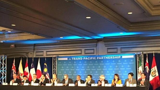 Đại diện 12 nước TPP họp báo sau khi đạt được thỏa thuận