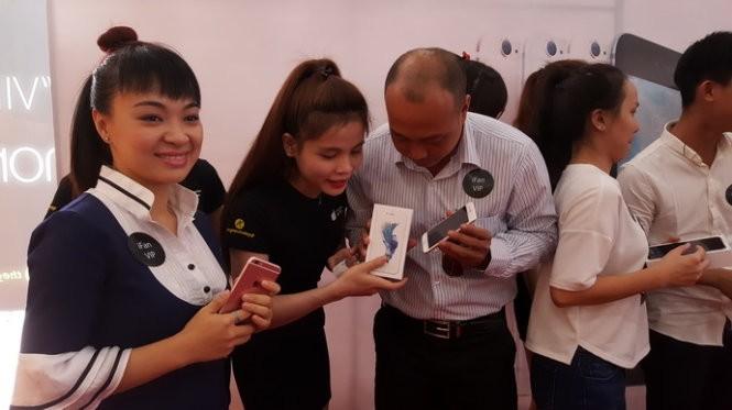 Những khách hàng nhận iPhone 6S/6S Plus chính hãng đầu tiên tại Thế giới Di động - Ảnh: T.Trực