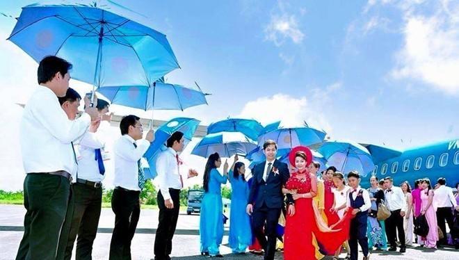 Cặp đôi đẹp của đám rước dâu bằng máy bay VNA cũng là những 9X thừa kế gia sản lớn tại Bạc Liêu và Đồng Nai. Ảnh: NVCC.