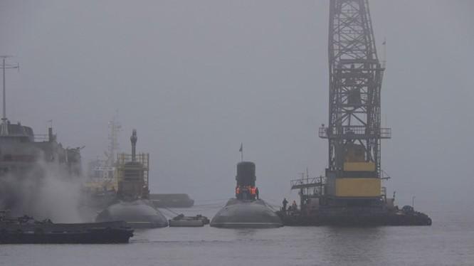Tàu ngầm Đà Nẵng (phải) chuẩn bị rời đi sang vị trí mới, bên cạnh là tàu ngầm Bà Rịa - Vũng Tàu, ảnh chụp ngày 7.11