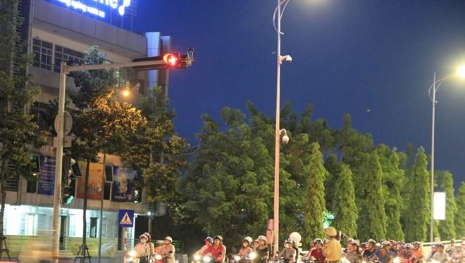 Phía tây cầu quay Sông Hàn đèn tín hiệu vẫn hoạt động, dưới sự điều tiết của CSGT