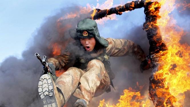 Binh sĩ Trung Quốc tập luyện nhảy qua vòng lửa