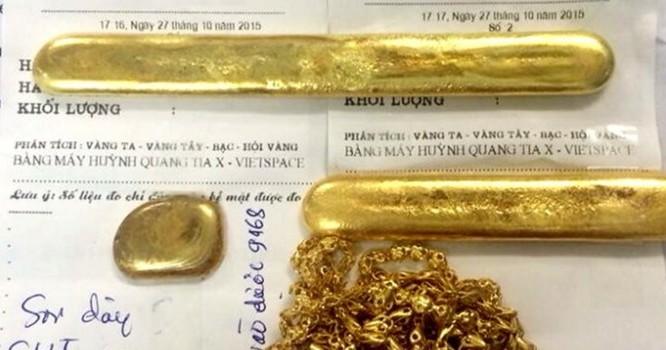 """Một số miếng vàng """"rởm"""" đã qua mặt được các chủ cửa hàng vàng bạc. Ảnh: T.K."""