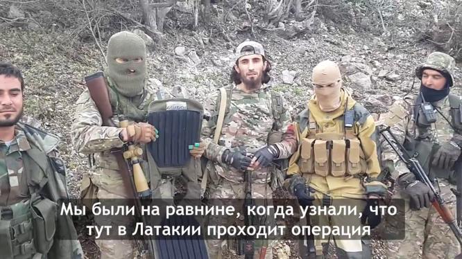 """Nhóm phiến quân khoe áo giáp """"của quân Nga"""" vứt lại khi tháo chạy"""