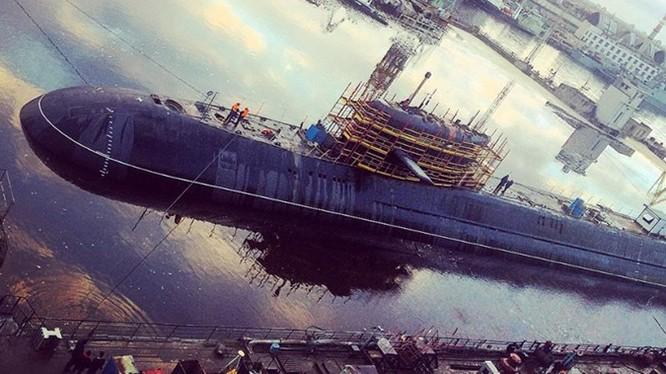 Tàu ngầm hạt nhân Moscow trước vùng nước của nhà máy Zvezdochka - Ảnh: bmpd