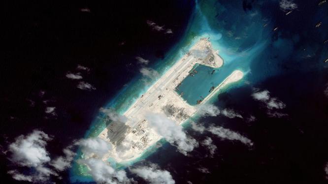 Trung Quốc đã cải tao, mở rộng Đá Chữ Thập thành đảo nhân tạo trái phép với diện tích rộng nhất tại Trường Sa, có đường băng dài 3.000m