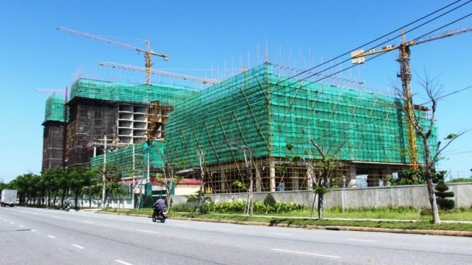 """Khách sạn JW Marriott nằm ở """"khu vực nhạy cảm"""" sát biển và gần sân bay Nước Mặn - Ảnh: Hoàng Sơn"""