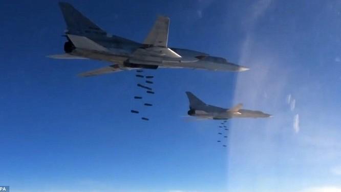 Máy bay ném bom chiến lược Nga dội lửa xuống Raqqa