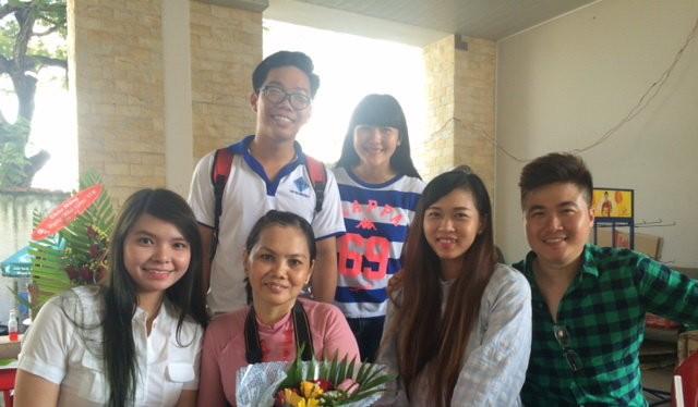 Cô giáo Lê Thị Thùy Trang trong Ngày nhà gíáo 20-11 vừa qua với những học trò cũ về thăm khi biết cô bị kỷ luật - Ảnh: học sinh của cô Trang cung cấp
