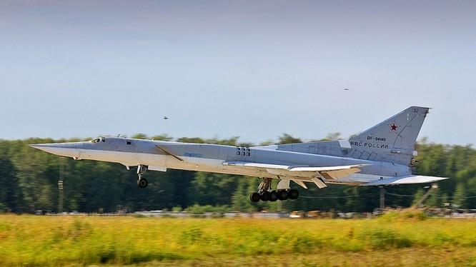 Máy bay ném bom siêu thanh Tu-22M3 cất cánh