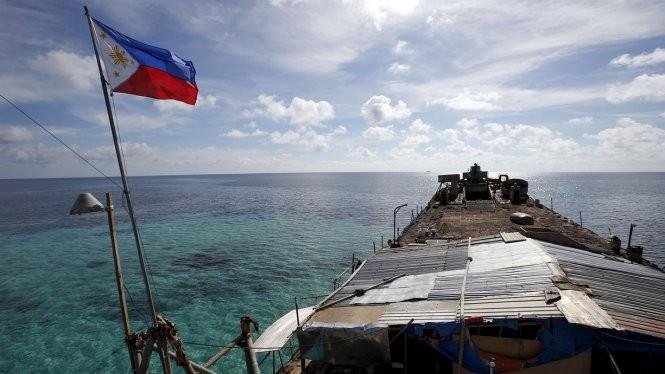 Quốc kỳ Philippines bay trên boong tàu Sierra Madre của hải quân Philippines - Ảnh: Reuters