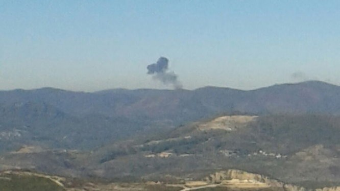 Khói bốc lên từ vị trí máy bay Nga rơi - Ảnh: Reuters