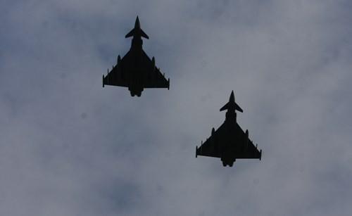 Kết thúc 21 loạt đại bác, 2 máy bay quân sự hộ tống chuyên cơ của Chủ tịch nước khi vào vào không phận Đức đã bay ngang qua chào mừng