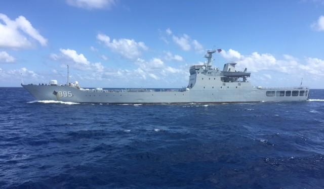 Tàu chiến Trung Quốc hung hăng vây ép tàu tiếp tế Trường Sa của Việt Nam