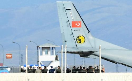 Thổ Nhĩ Kỳ trao trả thi thể phi công Su-24 bị phiến quân sát hại cho phía Nga. Ảnh: Reuters