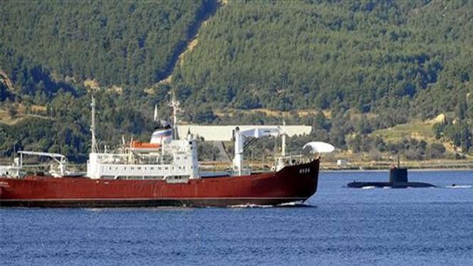 """Tàu ngầm Thổ Nhĩ Kỳ """"đối đầu"""" tàu hải quân Nga - Ảnh: Hurriyet Daily News"""