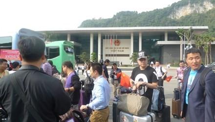 Tòa nhà liên hợp Hữu Nghị mới xây dựng xong, hàng ngày có gần 1000 lượt khách làm thủ tục xuất, nhập cảnh. Ảnh: Duy Chiến