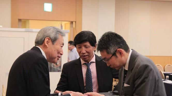 Đại diện VN và Nhật Bản trao đổi thông tin bên lề hội thảo - Ảnh: Tr.N