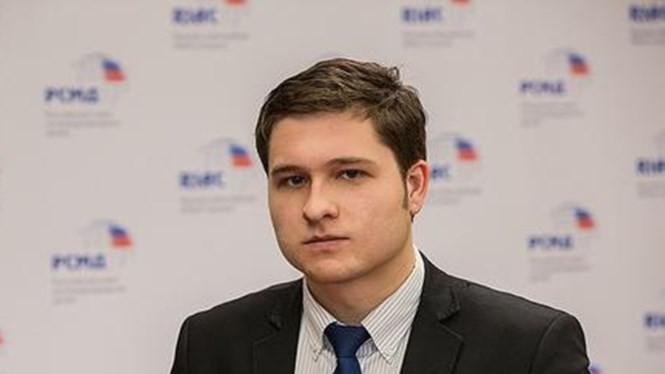Ông Anton Tsvetov, Trưởng ban Quan hệ truyền thông và Chính phủ, thuộc Ủy ban các vấn đề quốc tế của Nga trao đổi với báo Thanh Niên - Ảnh: Twitter của ông Tsvetov