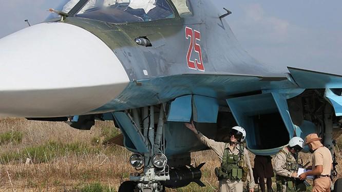 Phi công kiểm tra chiến đấu cơ Su-34 trước giờ xuất kích tại Latakia, Syria