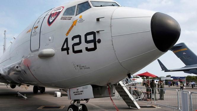 Một máy bay trinh sát săn ngầm P-8 Poseidon của Hải quân Mỹ tại Triển lãm hàng không Singapore ngày 11.2.2014. Mỹ và Singapore ngày 8.12.2015 đã ký Hiệp định hợp tác quốc phòng song phương, trong đó có việc bố trí máy bay P-8 Poseidon để bay trinh sát Biể