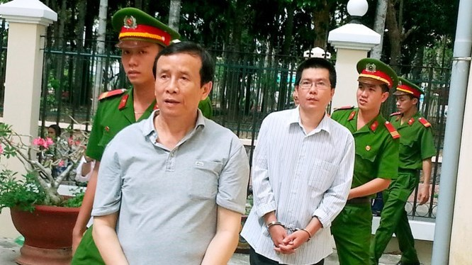 Các bị cáo áp tải đến phiên tòa xét xử phúc thẩm sáng 11.12 - Ảnh Trần Thanh Phong