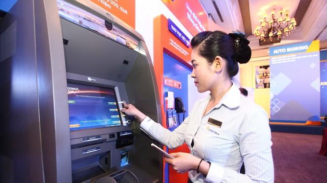 Không chỉ phải gánh nhiều loại phí, sử dụng dịch vụ thẻ ATM, khách hàng còn đối mặt với rủi ro cao khi thanh toán