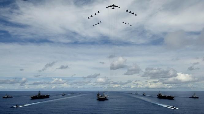 Cụm tác chiến tàu sân bay Mỹ và lực lượng không quân có pháo đài bay B-52 lập đội hình chiến đấu trên biển