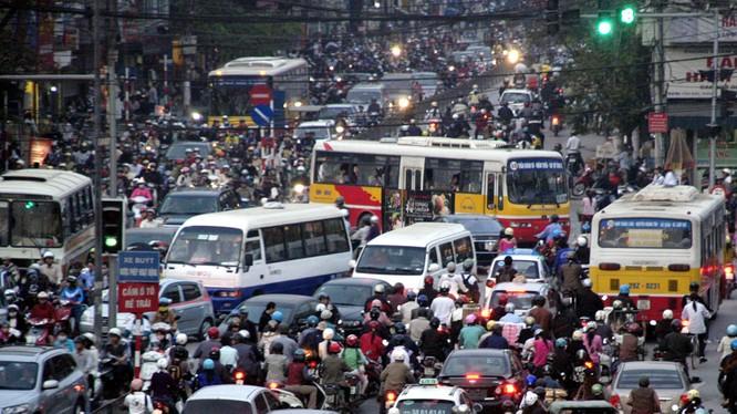 Cảnh ùn tắc giao thông nghiêm trọng tại các độ thị lớn của Việt Nam khiến chất lượng môi trường sống xuống cấp