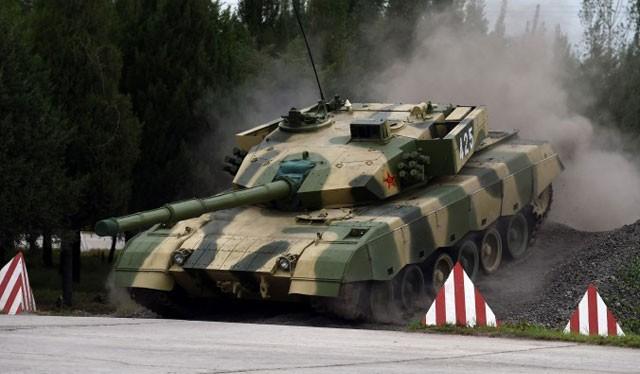 Một xe tăng hiện đại của Trung Quốc đang vượt vật cản, ngày 22/7/2014 (GREG BAKER/AFP/Getty Images)